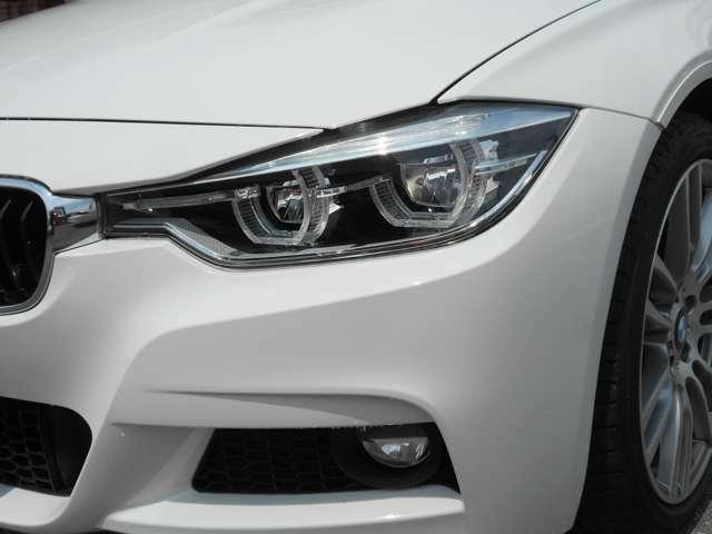 ヘッドライトのレンズもクリアな状態を保っており、LEDライトが明るく照らしてくれるので夜道でも安心してドライブが出来ますね。エンジェルリングがBMWだと言うことを離れていてもアピールしますよ!