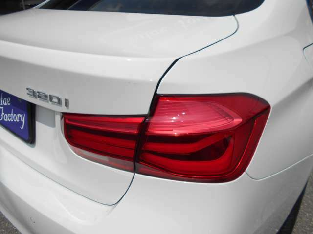ヘッドライト同様にクリアな状態を保っていて、大きくデザインされたレンズは視認性が向上されています。一目でBMWとわかるデザインがスタイリッシュですね。