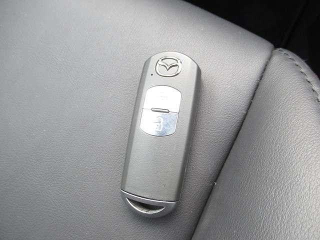キーを持っているだけでドアの開閉やエンジンがかけられる便利なスマートキー!
