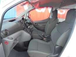 フロントシートはホールド感のある立体構造で快適な運転姿勢をサポートします。