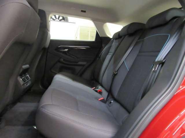 レッグスペースもしっかり確保されたリアシート 座面が後方にオフセットされリアシートの実用性も十分です。