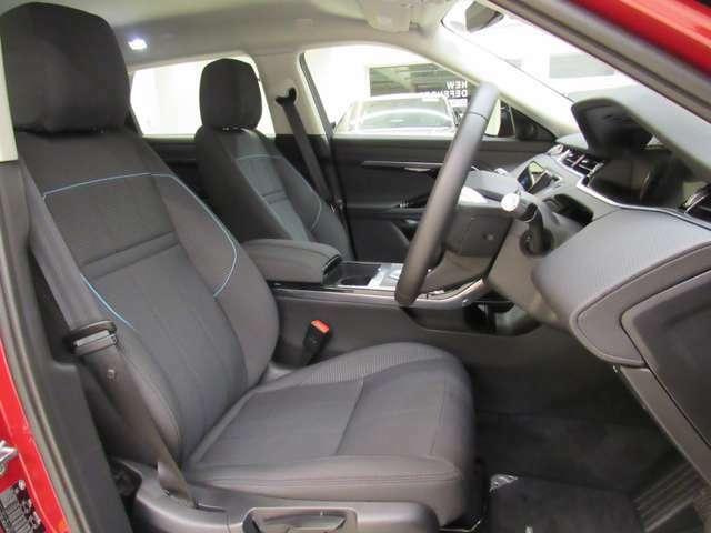 ホールド感がしっかりしたEVOQUEのシートは長距離運転でも疲労感が抑えられます。