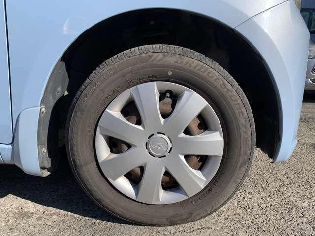 タイヤはノーマルタイヤをはいており、タイヤサイズは145/80R13、タイヤ山はおおよそ各3分山程度です。 写真で見てお分かりかと思いますが、Fバンパー右前にあるコーナーポールが折れてしまっております