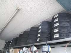 夏タイヤと冬タイヤの入れ替えもタイヤのお預かりもしております。ご自宅ではタイヤの劣化も発生するので是非、当店へ!!