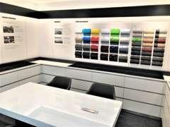 カラーサンプルなどを展示したコンフィギュレーションルーム