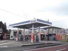 展示場斜め向かいにMobilのガソリンスタンドも運営しております!当店購入者はガソリンの特典も?