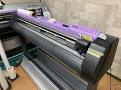 専用のカッティングプロッターとカーラッピング用の印刷機もありますので外注にふる事なくクオリティの高い仕事ができます。