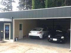 大切なお車の作業はガレージにて。整備環境も整っておりますので、ご安心ください。