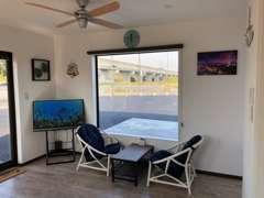 アットホームなショールーム。ハワイ風の雰囲気でゆったりとお過ごし頂けます。お子様向けにテレビでYouTubeもご覧頂けます。