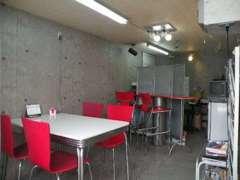 コンクリート調壁に、赤を基調とした事務所です☆