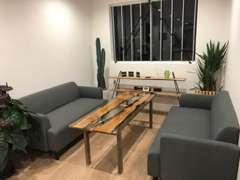 ナチュラルな雰囲気の商談ルームで、お客様がごゆっくり商談出来ますスペースをご用意しております。