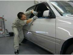 お車の凹みを修理するデントリペアも行っています。待ってる間に凹みが直っちゃう!