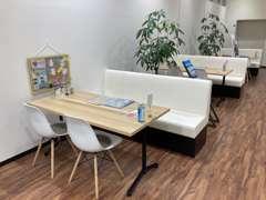 商談テーブルも一定の距離が保てるよう、数を減らして、間隔を取るように変更しております。