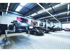 サービス工場では、ドイツポルシェ社の技術認定を受けた専門のメカニックが皆様のポルシェをメンテナンスいたします。