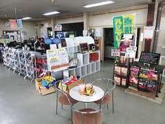 ショールームも広々としており店内には新車も展示してございます。いろいろな商品もサンプル品含めご用意しております。