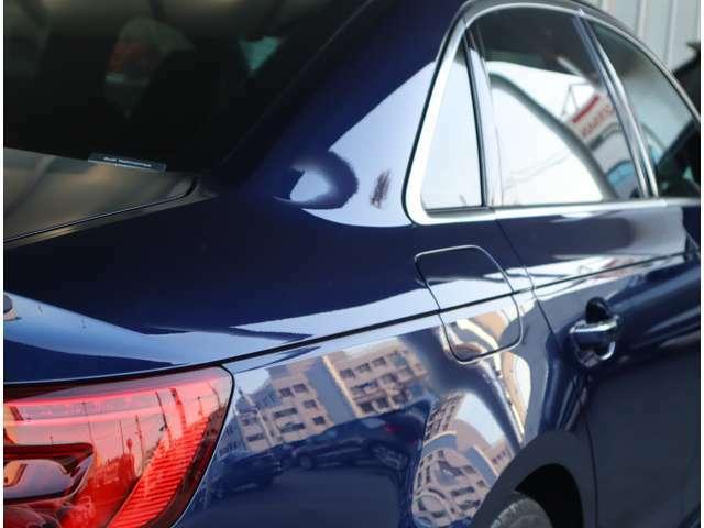●サイドラインはフロントからリヤまで伸びる一直線の水平ラインを基調とした上品なデザインです。リヤデザインは厚みがあり、後続車のドライバーに、安定感、重厚感を感じさせるAudiらしいデザインです。