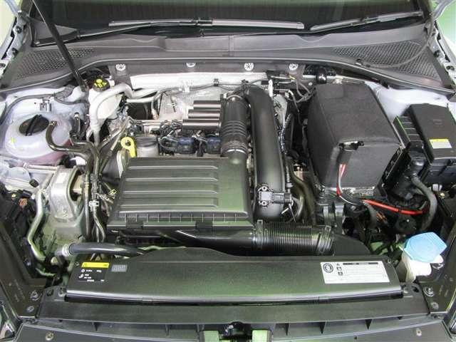 エンジンルームの樹脂部分は丁寧に磨いてツヤをだしています。当社の中古車のエンジンルームはとてもきれいです★