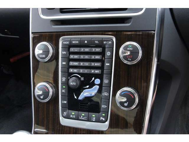 左右独立して温度調整可能なオートエアコンとなっております。