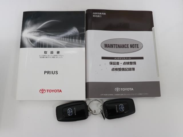 メンテナンスノート、取扱説明書ですね。 車の情報が凝縮されています。 車の整備記録が記載されている大事な物ですよ。