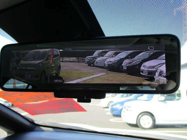 スイッチをONにするとルームミラーが車両後方のカメラによる映像に切り替わり、車両後方をクリアに映し出します。雨天時には、雨滴のないクリアな後方視界を確保します