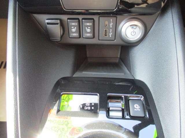 スマートフォンやポータブルゲーム機などの充電に便利なUSB電源ソケットを、標準装備