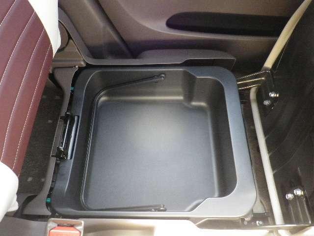 助手席シートの下を開けると、収納スペースが現れます。常備しておきたい子ども用品、着替えた服などを収納できます☆