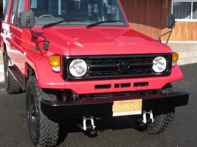 70ランクルの象徴でもある無骨なレトロフェイス☆ 赤車体に、艶消黒にて各所を差し色コーデしました☆ 高品質ゆえに価格は大きいですが永く所有されたい方には強くオススメしたいです!