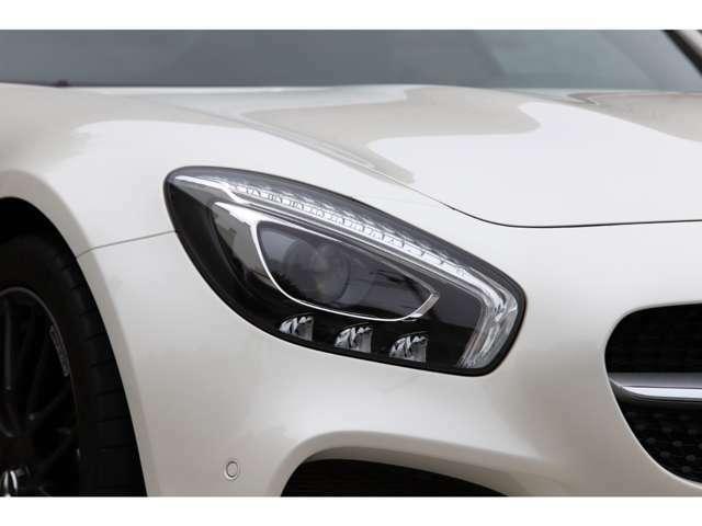 LEDハイパフォーマンスヘッドライト採用。長寿命・低消費電力だけでなく、高い視認性でドライバーをサポートします。