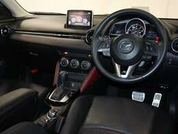 運転席人間工学に基づいて設計された安全かつ一体感のある運転席です。