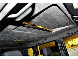また、ルーフライニングには、アルカンターラが使用され、エクステリアの大人の雰囲気のイメージにも劣らない室内空間をお楽しみ頂けます。