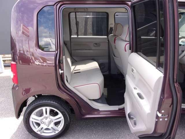 大きく開くドアはチャイルドシートシートへのお子様の乗降や荷物の積載もスムーズです