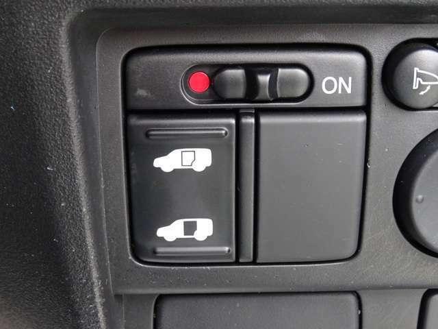 片側電動スライドで開け閉めラクラク。荷物の多いときなどに便利です。