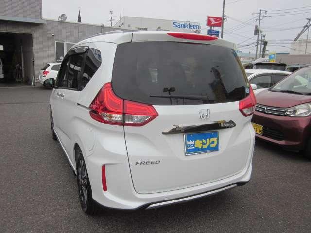 フリードクロスターは新車車両本体価格2.380.400円のお車になります。オプションでLEDライト+アクティブコーナーリングライト(71.500円)が付いている車両です。お好きな色や他グレード、オプション等選べます