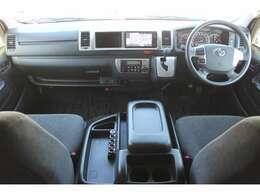 Wエアバッグ/ABS/スマートキー×2/イモビライザー/純正ビルトインETC/社外USB搭載セパレートソケット/フロントオートエアコン/リヤクーラー/リヤヒーター/純正フロアマットが装備されています。