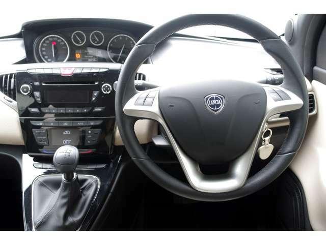 ドライブの際、何時も視界に入るエアバッグも新品パーツにてランチア戻しを実施済みです。