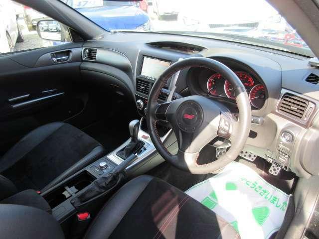 インパネ回りもとても綺麗なコンディションが保たれております♪ 専用のブラックカラーのインテリアがスポーティな車内空間を演出してくれます♪