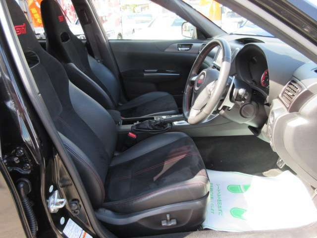 専用インテリア&専用ハーフレザーシート搭載♪ グレード専用のスポーツシート搭載で、高級感&スポーティなスタイルとなります♪