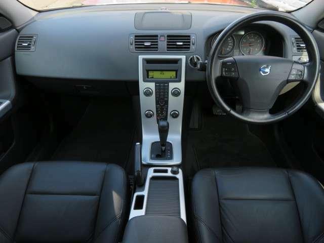 ブラックを基調とした車内♪車内に目立ったキズや汚れもございません♪また、タバコやペット臭もなく清潔感のある車内となっております♪