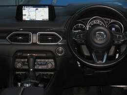 ステアリングのスイッチはオーディオの音量調整やトラック変更をすることができるものと、クルーズコントロールのスイッチがそれぞれ付いているので、運転中でも気軽に操作していただけますよ!