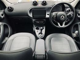 ステアリング左右のスイッチで、各種設定や車両情報などのディスプレイ表示の切り替えができます。また、ナビゲーションやオーディオなどの主要な操作や音量調整も可能です。