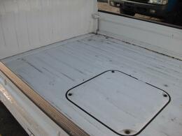 荷台底は、やや使用感がありますが、大きなへこみや塗装はがれなどなくこちらも現状で充分使用できそうです