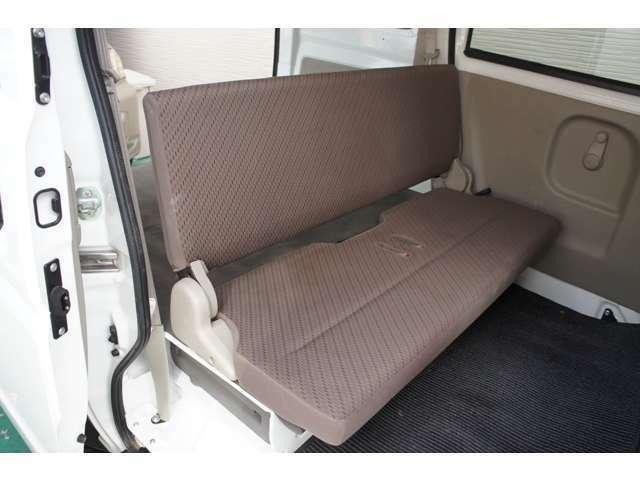 シートは折り畳んで足元に収納でき荷室はフラットになります