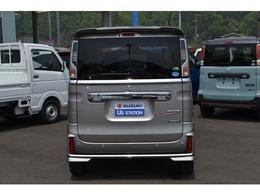 リヤバンパーに内蔵されたソナーで車両前方の障害物を検知。駐車場などでのうっかり事故を予防します。