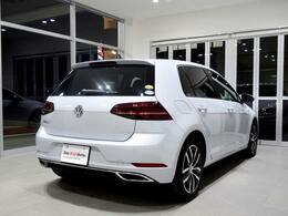 安心感のある太いCピラーが、骨格の強さを物語ります。 Volkswagenのエンジンとミッションの組み合わせは、スポーティなドライビングの歓びと環境性能経済性が両立することをリアルに体感いただけます。