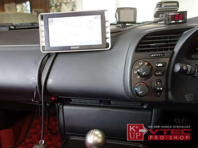 SONYポータブルナビ、社外レーダー探知機が装着されております。ETC車載器は作動致しません。別途ETC2.0の新設などもお気軽にスタッフまでご相談下さい。