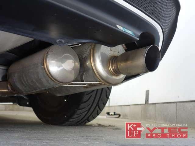 エキマニは無限、マフラーはASM製I.S.Designサイレンサーキット1を装着。排気チューニングの定番をしっかり押さえた車両です。アクセレーションも快音と共にお楽しみ下さい!