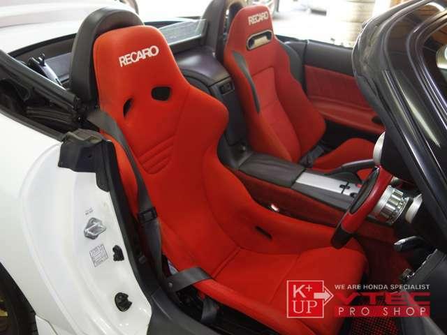 ドライバーズシートはフルバケットシートのハイエンドモデル「RECARO」がビルトイン。シート自体の痛みも少なく、コンディション良いレカロシート装着されております。