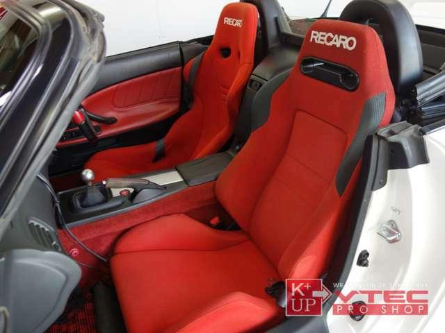 助手席はリクライニングタイプの同色シートをチョイス。背もたれ調節のダイヤルが付いていないので現状ではこの角度で固定になります。別途専用のダイヤルのご用意も可能です。