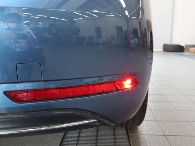 テールレンズの下部には運転席側のみリヤフォグランプが装備されます。