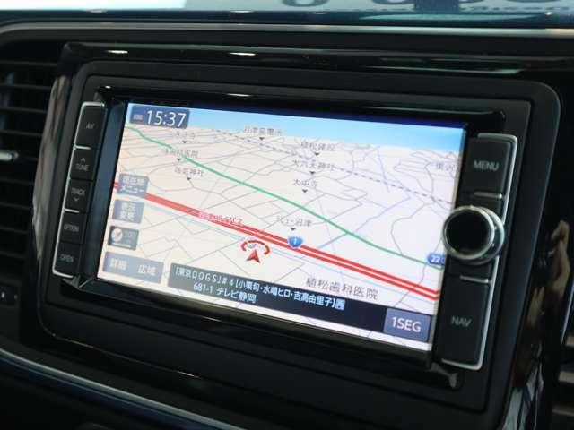 純正SDナビゲーションを搭載。AM/FMラジオ・CD/DVD再生・地上デジタルTVの他、Bluetoothにも対応しています。